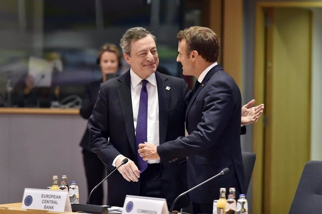 21 June 2019, Belgium, Brussels: European Central Bank Preident Mario Draghi (L) sjakes hands with President of France Emmanuel Macron during the second day of the EU summit. Photo: Pool Eric Vidal/BELGA/dpa