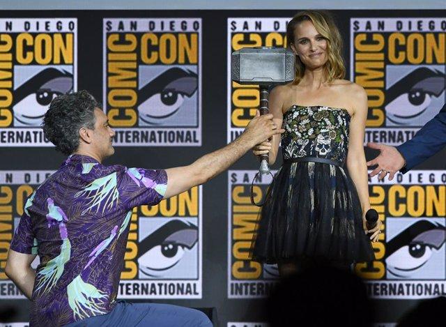 Natalie Portman y Taika Waititi en la Comic-Con de San Diego