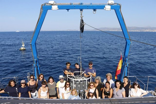 Los jóvenes ganadores y sus padres en el Buque Oceanográfico del Socib