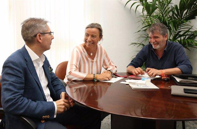 La primera teniente de alcalde y delegada de Turismo, Isabel Albás, con el representante de la empresa adjudicataria del Palacio de Congresos y Exposiciones de Torrijos, Juan Salado