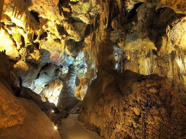 Interior de las Grutas de Cristal.