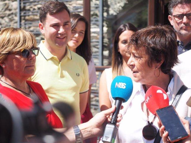 Mercedes Martín atiende en Murias de Paredes a los medios.