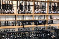 Els neozelandesos lliuren més de 10.000 armes en un pla de compensació després de la matança de Christchurch (REUTERS / JORGE SILVA - Archivo)
