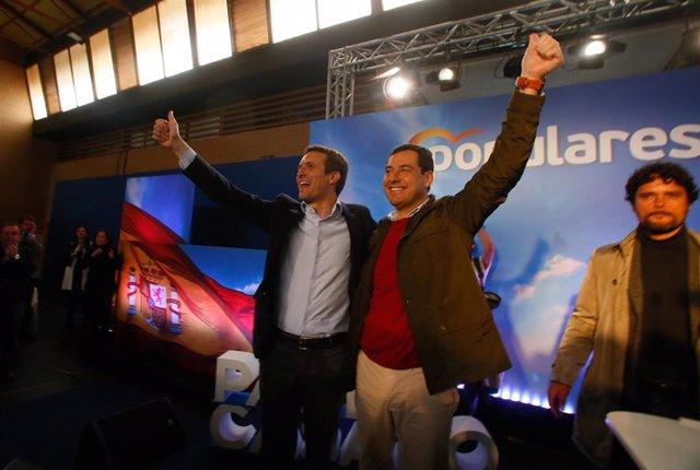 El presidente del PP, Pablo Casado, clausura un acto con candidatos al Congreso y al Senado de la provincia de Cordoba, junto con el presidente del PP-A, Juanma Moreno (c); el candidato al Congreso por Madrid, Miguel Abellán (1d)
