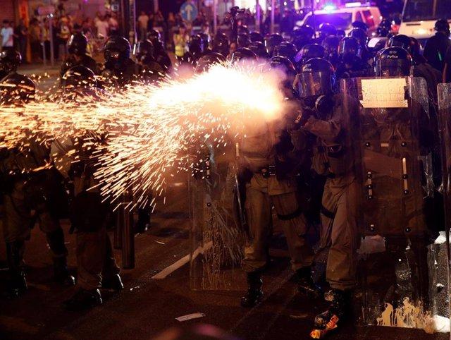 La Policía de Hong Kong dispersa a manifestantes contra ley de extradicion