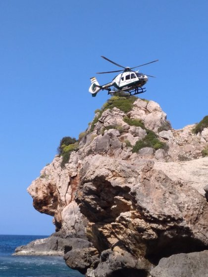 Un desprendimiento de roca provoca heridas a un bañista de 30 años en Es Port d'es Canonge