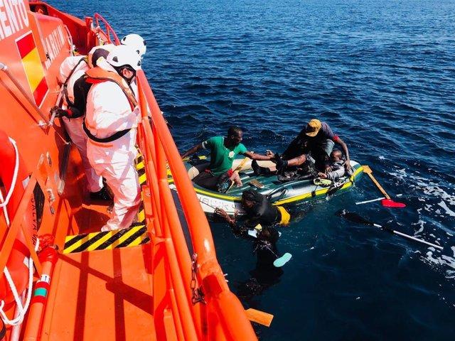 Personas rescatadas de un barcaza en una imagen de archivo