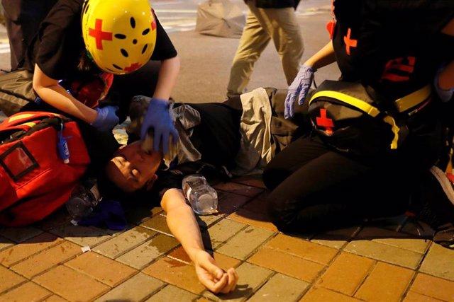 Paramédicos atienden a manifestantes de Hong Kong