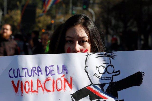 Una mujer con una pancarta durante una manifestación contra la violencia machista en Chile.
