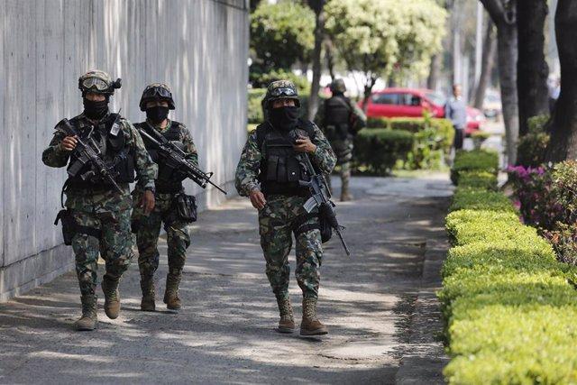 Varios efectivos de las fuerzas de seguridad mexicanas.