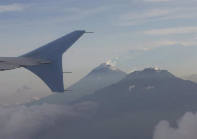 Imagen del volcán Popocatepetl y la montaña Iztaccihuatl desde un avión.