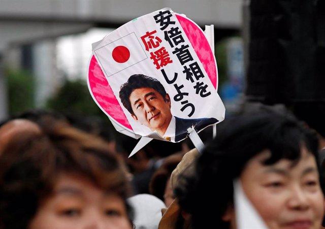 Simpatizantes del primer ministro de Japón, Shinzo Abe