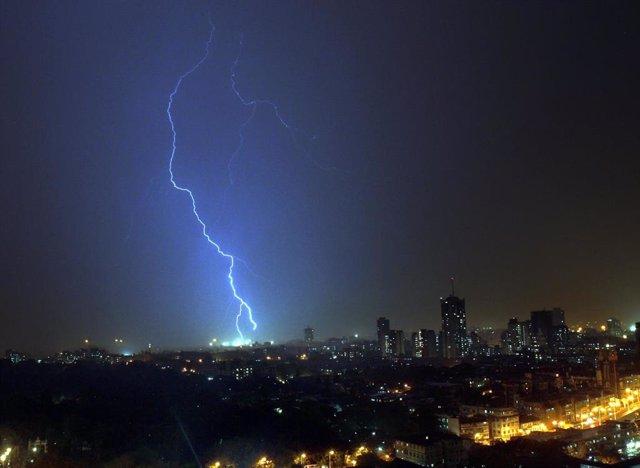 Un rayo cae sobre Bombay (imagen de archivo)