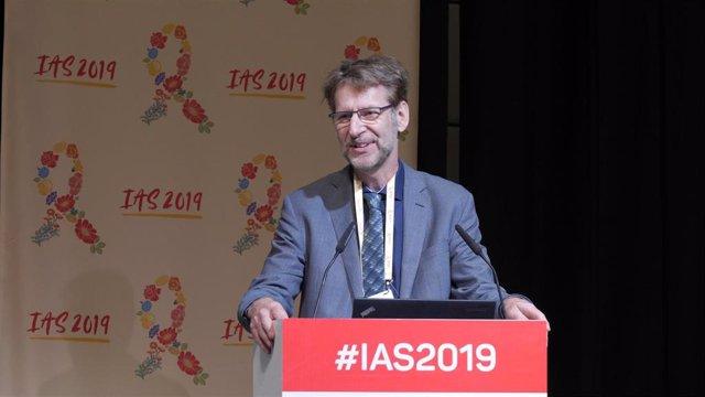 El presidente de la Sociedad Internacional de Sida, Anton Pozniak, durante el encuentro inaugual con voluntarios de IAS 2019