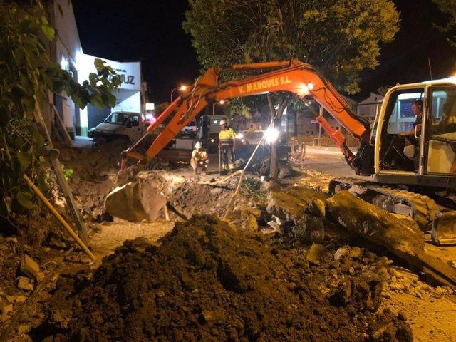Técnicos y operarios trabajan para subsanar la avería que ha dejado sin agua a la población de Montilla