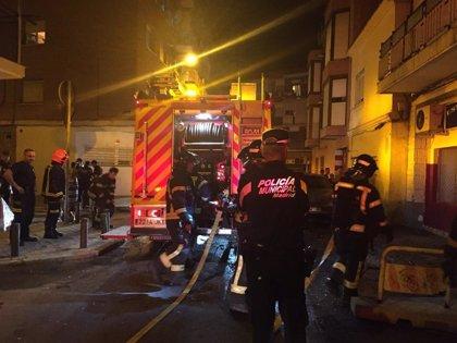 Los bomberos del Ayuntamiento realizaron anoche casi medio centenar de intervenciones tras la tormenta