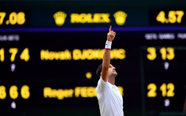 Novak Djokovic celebra su triunfo en Wimbledon 2019