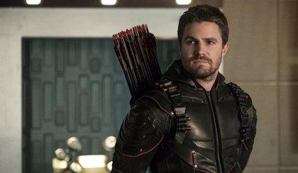 Crisis en las Tierras Infinitas: Stephen Amell interpretará múltiples versiones de Arrow en el crossover