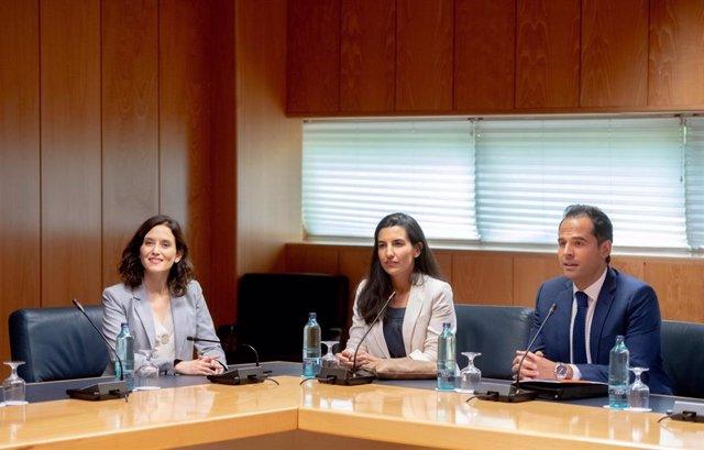 Los tres portavoces de PP, Vox y Ciudadanos en Madrid, Isabel Díaz Ayuso, Rocío Monasterio e Ignacio Aguado, en su primera reunión a tres en la Asamblea de Madrid.