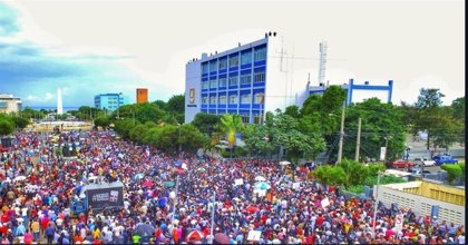 Cientos de dominicanos protestan contra la reforma constitucional que permitiría la reelección de Danilo Medina