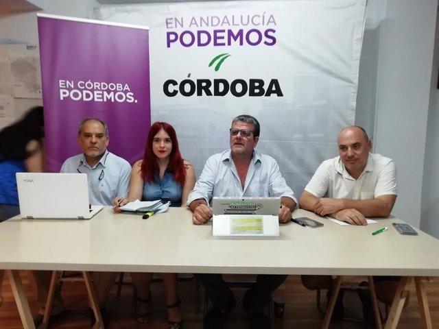 Luzmarina Dorado y Nacho Molina, entre los letrados Manuel Delgado y Luis de los Santos, en la sede de Podemos en Córdoba.
