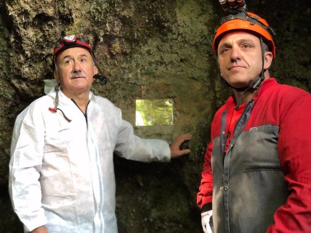 Pepe Álvarez y Mariano Carmona colocan la placa en la cueva de Las Cascajosas