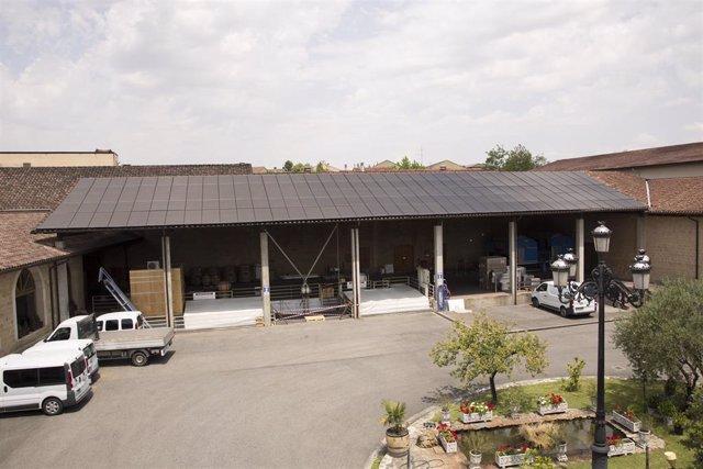 Paneles solares en los tejados de Bodega Muga