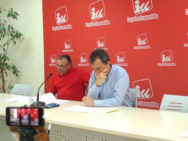 El diputado de IU Ovidio Zapico, en rueda de prensa junto al presidente del comité de empresa de Aucalsa, Juan Carlos González.