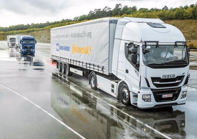 Sistema de conducción en convoy de tres camiones de Continental y Knorr-Bremse