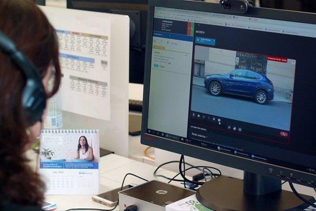 Perito de Mutua Madrileña comprueba mediante una videollamada si el vehículo es apto para contratar la póliza de seguro