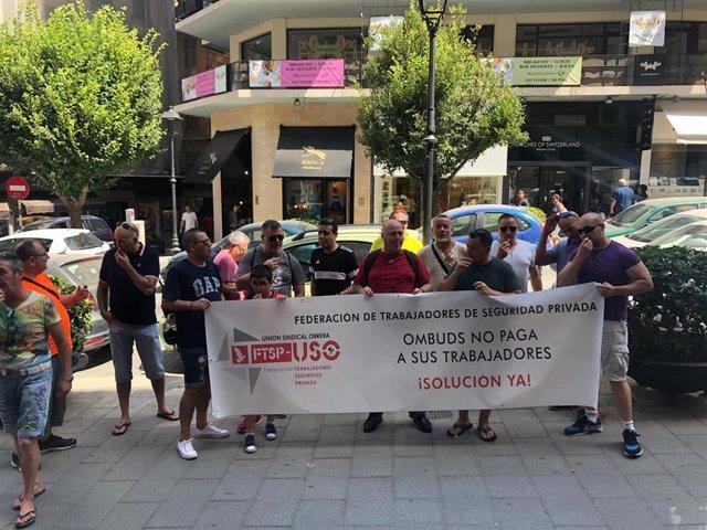 Trabajadores de la empresa Ombuds se concentran delante de Correos para exigir que se les paguen las nóminas atrasadas