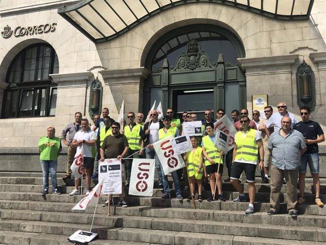 Concentración de los trabajadores de la empresa de seguridad Ombuds en Correos
