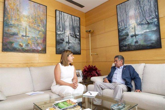 La presidenta del PP, María José Sáenz de Buruaga, se reúne con el presidente de Cantabria y secretario general del PRC, Miguel Ángel Revilla.