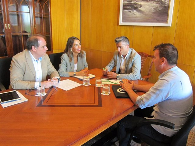 Representantes del Ayuntamiento de Zaragoza, María Navarro y Alfonso Mendoza se reúnen con el presidente provincial del CSIF, Alberto Juan.