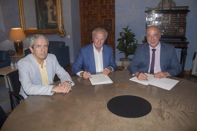 El presidente de la Diputación de Córdoba, Antonio Ruiz (dcha.), firma el convenio