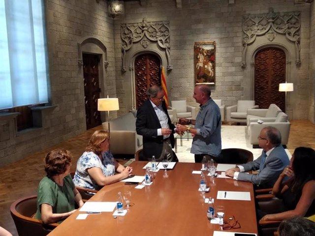 Lluís Llach entrega a Quim Torra un documento del Consell Assessor per a l'impuls d'un Fòrum Cívic i Social pel Debat Constituent