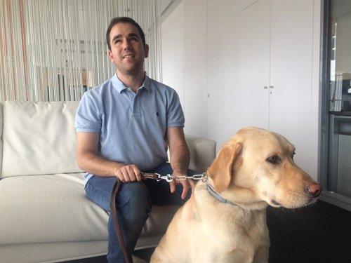 El desarrollador tecnológico ciego y responsable de Accesibilidad de Pasiona, Juan José Montiel