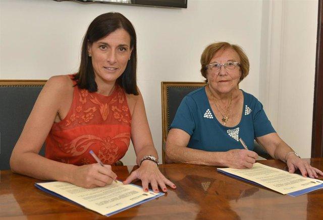 La alcaldesa, Gema Igual, y la presidenta de AMPROS, Carmen Sánchez Hidalgo, firman la prórroga del convenio