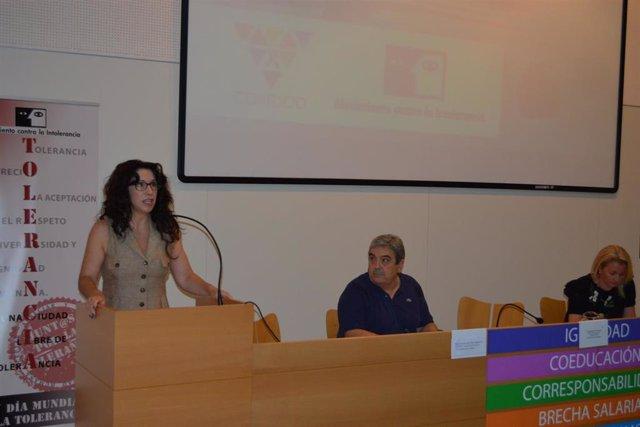 La consejera de Igualdad, Rocío Ruiz; el presidente del Movimiento contra la Intolerancia, Esteban Ibarra; y la directora general de Violencia de Género, Laura Fernández, en el acto del Día Europeo de las Víctimas de Crímenes de Odio.