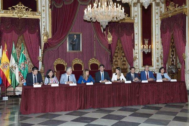 Firma del convenio en un acto en la Diputación de Cádiz