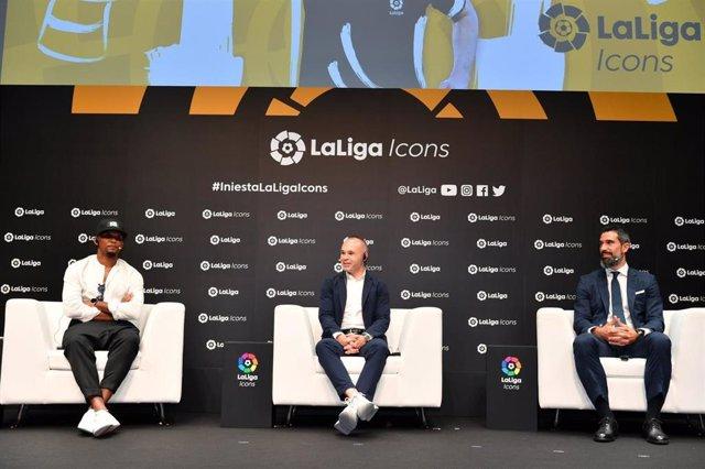 Andrés Iniesta acompañado por Samuel Eto'o y Fernando Sanz durante su nombramiento como LaLiga Icon