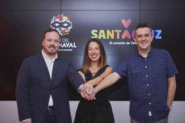 El autor del cartel del Carnaval 2020, Javier Nóbrega, junto con la alcaldesa de Santa Cruz, Patricia Hernández, y el concejal de Fiestas, Andrés Martín Casanova