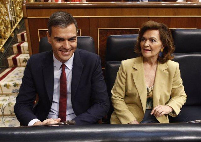 El presidente y la vicepresidenta del Gobierno en funciones, Pedro Sánchez y Carmen Calvo, sentados en sus escaños en el Congreso de los Diputados, antes de la primera sesión del debate de investidura a la Presidencia del Gobierno.