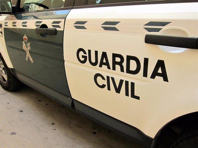 Imagen de un coche de la Guardia Civil con el escudo