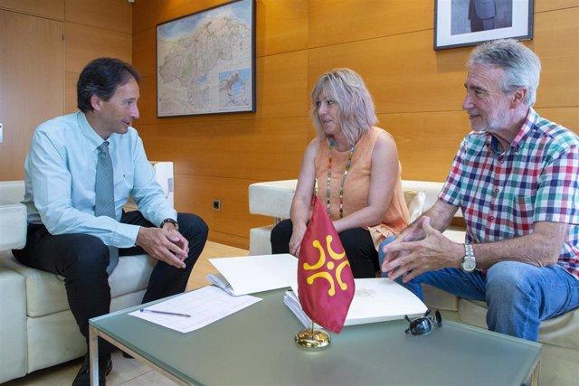 El consejero de Obras Públicas, Ordenación del Territorio y Urbanismo, José Luis Gochicoa, recibe a la alcaldesa de Polanco, Rosa Díaz.