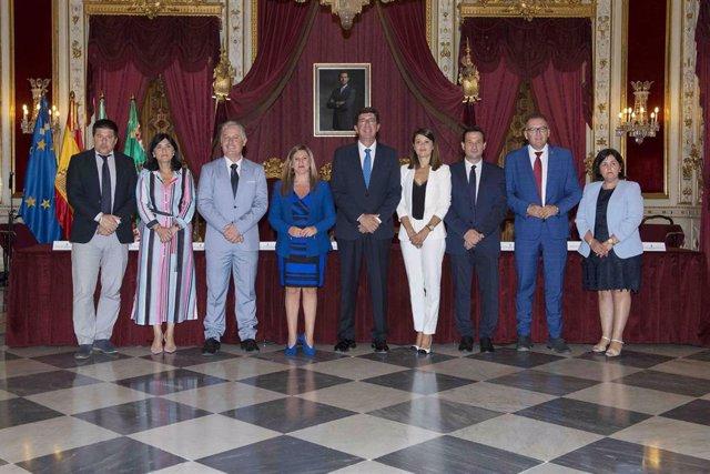 Juan Díaz (segundo por la dcha.) en la firma del convenio con Juan Marín (centro)