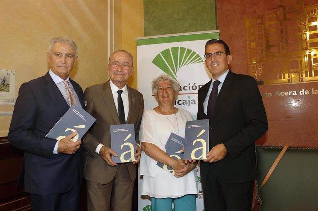 El presidente de la Fundación Manuel Alcántara, Antonio Pedraza; el alcalde de Málaga, Francisco de la Torre; la hija de Manuel Alcántara, Lola Alcántara; y el director general de la Fundación Unicaja, Sergio Corral.