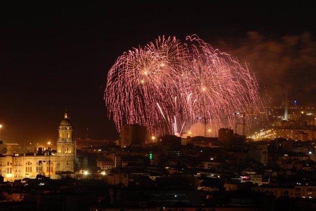 Fuegos Artificiales inicio de la Feria de Málaga catedral imagen vista ciudad tu
