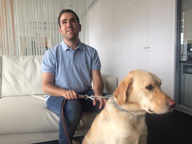 El desenvolupador tecnològic cec i responsable d'Accessibilitat de Pasiona, Juan José Montiel