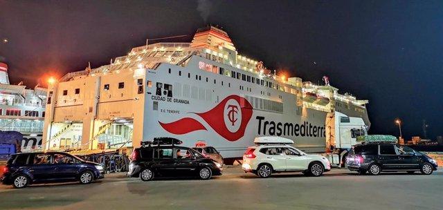 Vehículos esperan el embarque nocturno en uno de los ferrys